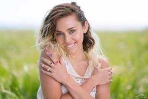 VIDEO: Miley Cyrus už není zlobivá holka. V Malibu vůbec nešokuje