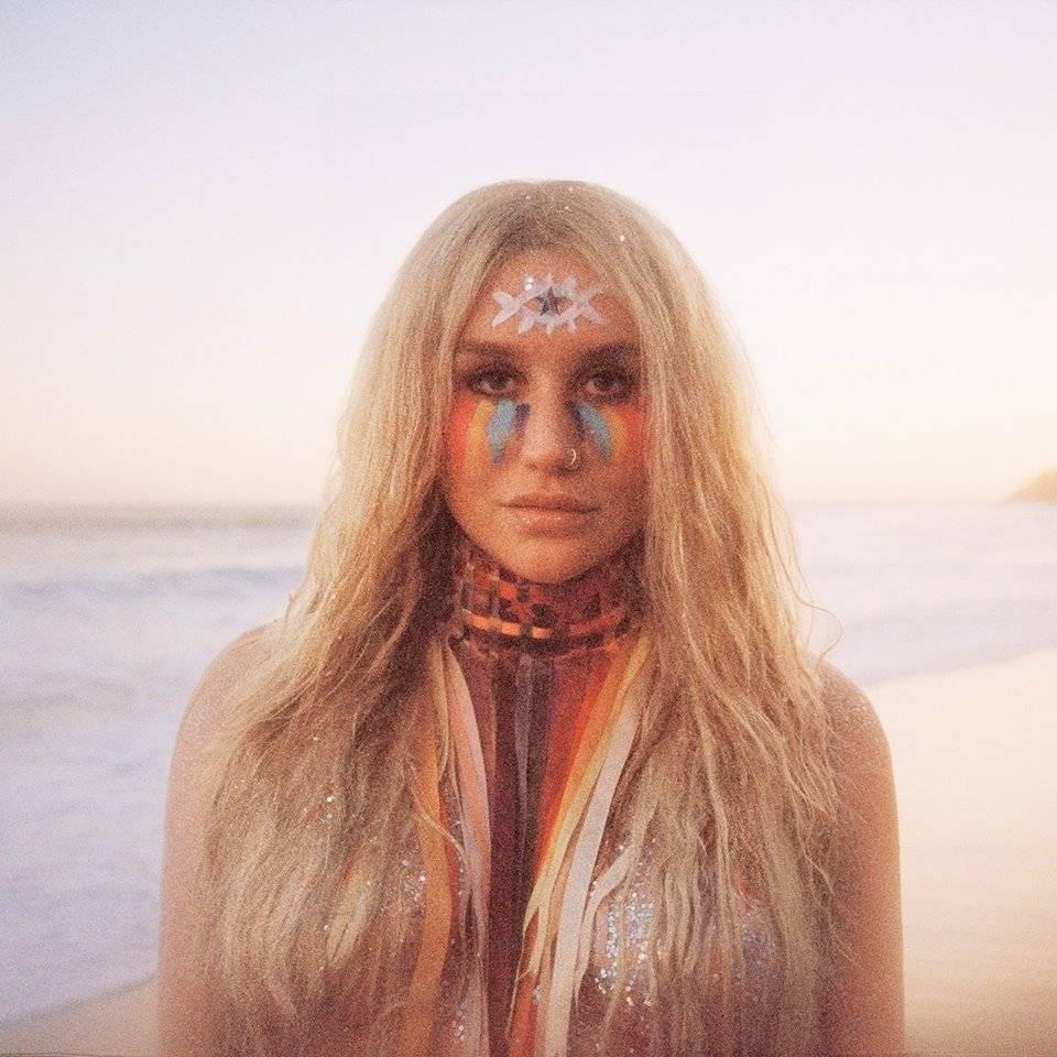 VIDEO: Kesha je po soudním sporu s Dr. Lukem zpět. K nové desce Rainbow ji inspirovalo i UFO