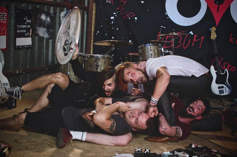 VIDEO: Kapela OVOCE v novém klipu zmlátila basáka