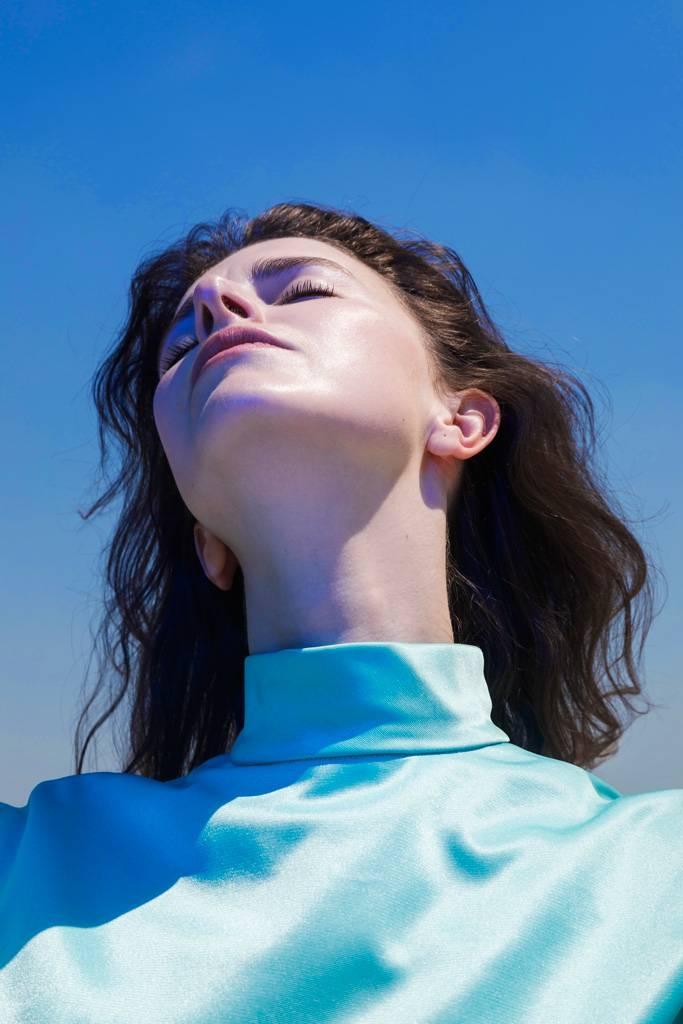 VIDEO: Pro Never Sol znamená každý konec nový začátek. V novém klipu se inspirovala fenoménem vanitas