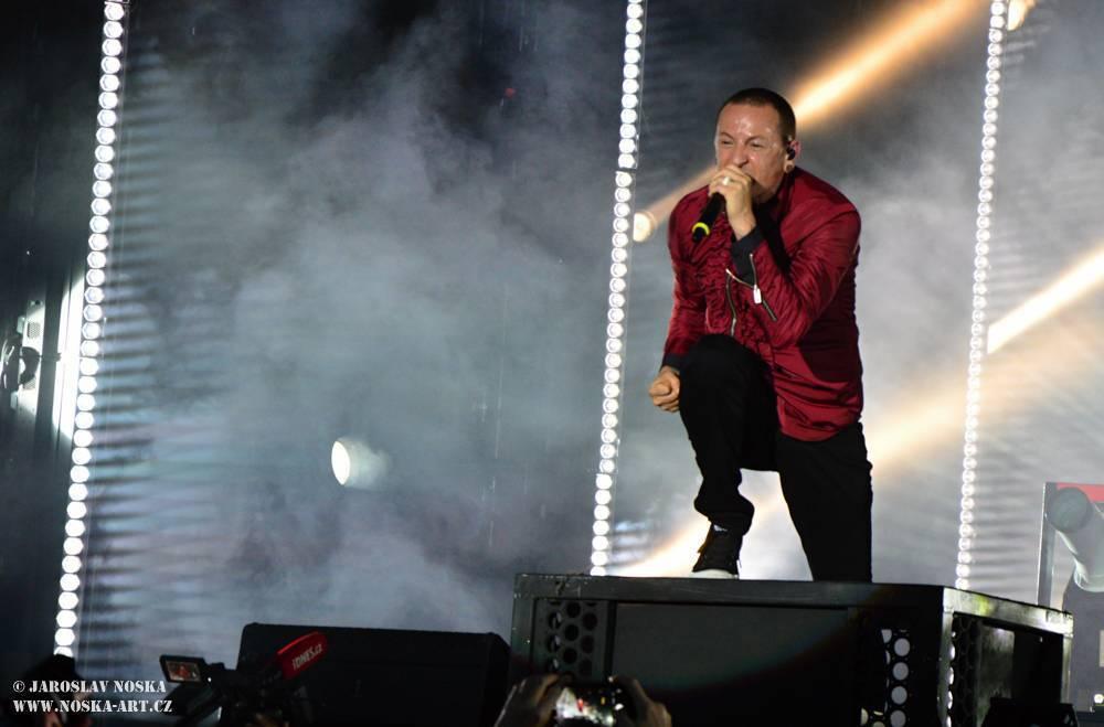 VIDEO: Fanoušci se loučili s Chesterem Benningtonem. Pocta zpěvákovi Linkin Park spojila celý svět