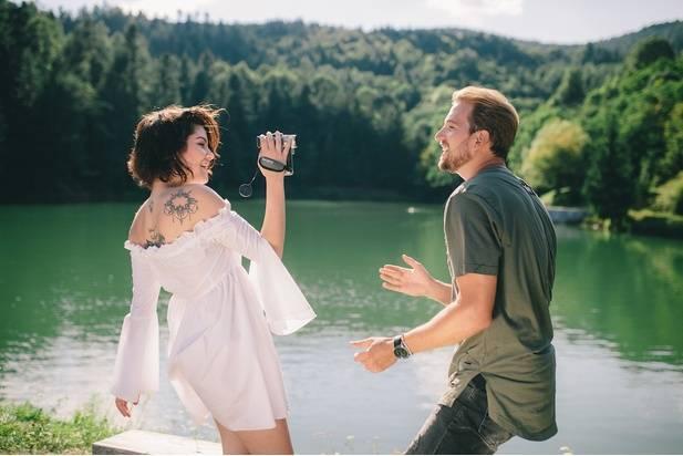 VIDEO: Léto v prosluněném klipu Shoes Samuela Tomečka a Celeste Buckingham zdaleka nekončí