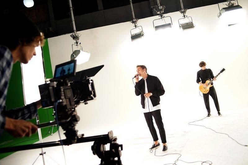 VIDEO: Slza láká na desku Holomráz stejnojmenným singlem, Petr Lexa v klipu svádí boj o čas