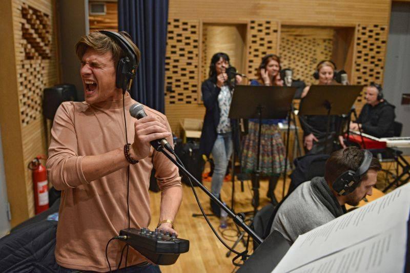 VIDEO: Vojta Dyk a B-Side Band natočili klip o muzikantském životě na cestách