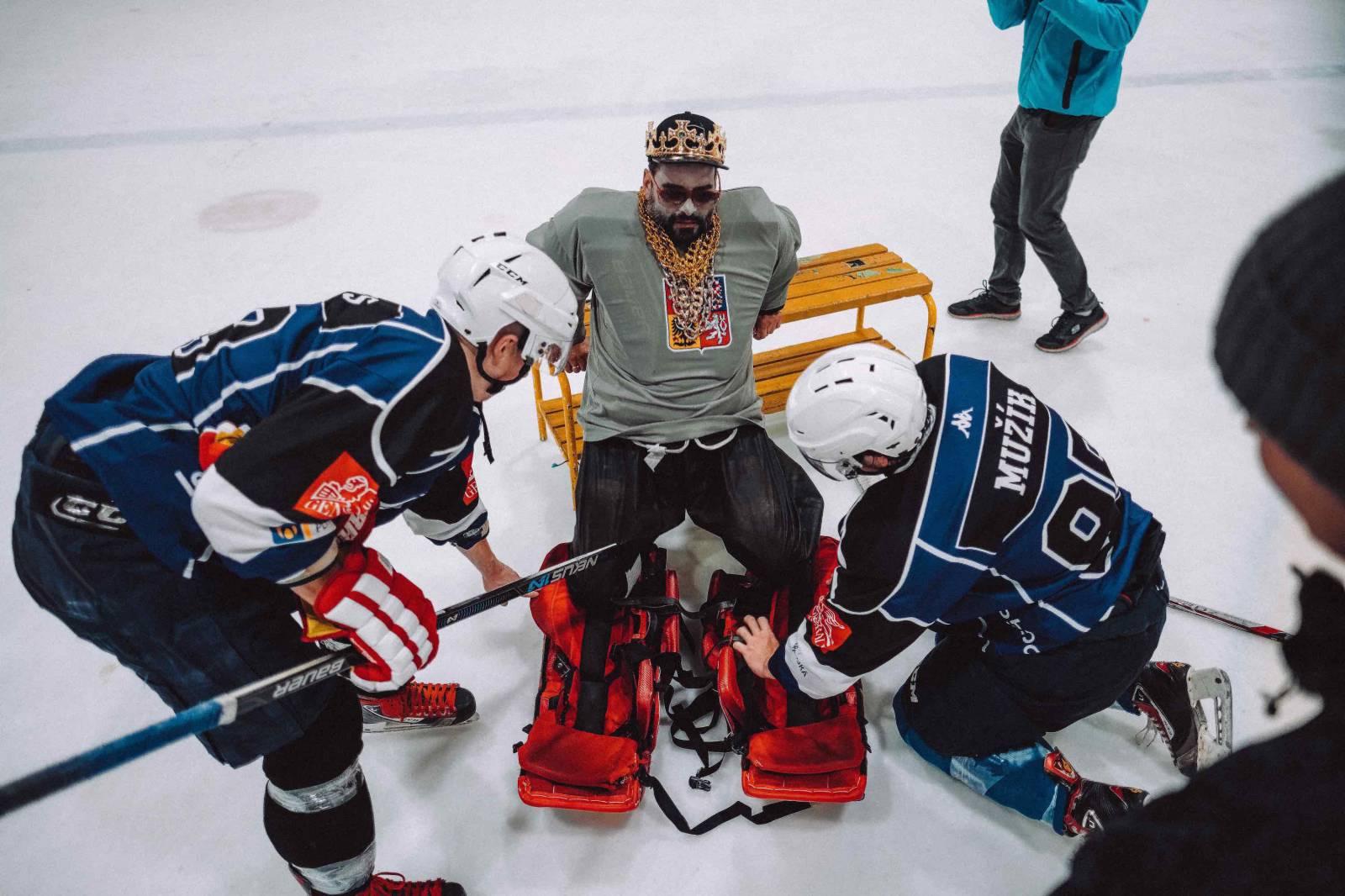VIDEO: Kapitán Demo se v novém hokejovém klipu ptá - Kdo to má?