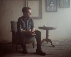 VIDEO: Jan Nedvěd zpívá v novince Nikdy na pozadí ponurého klipu o nešťastné lásce