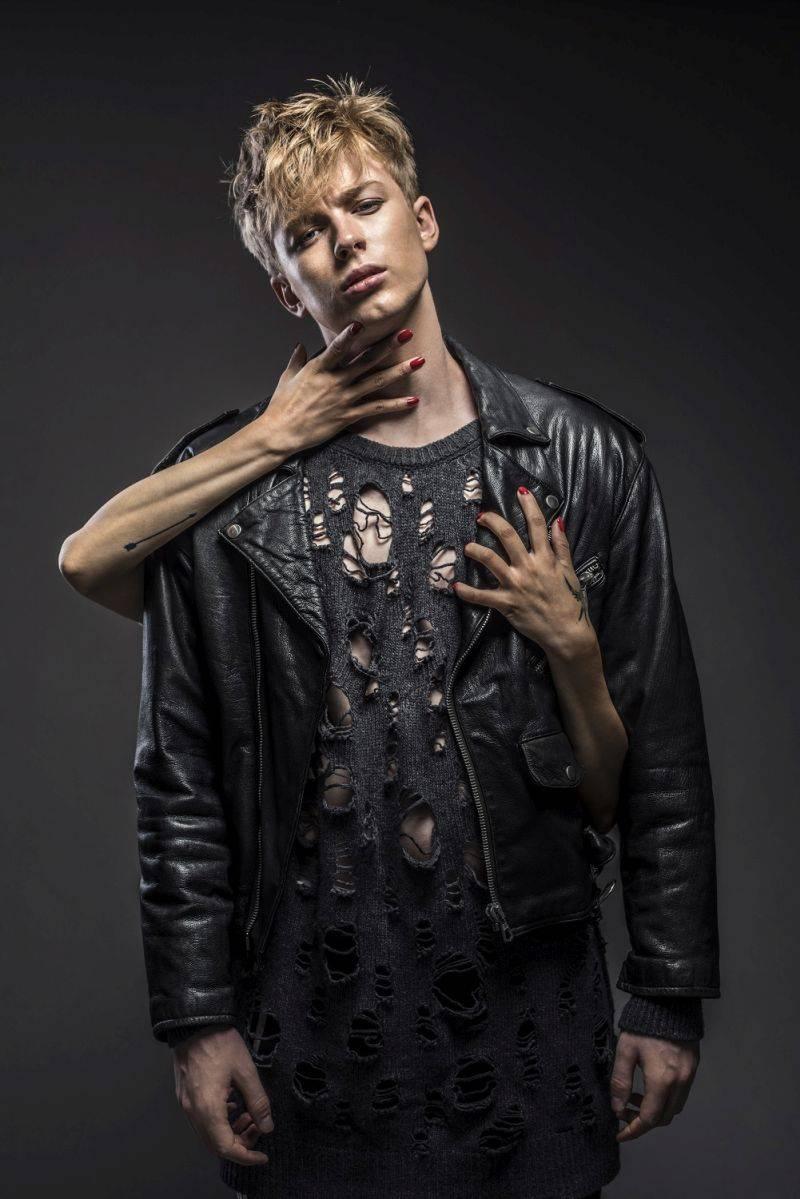 VIDEO: Adam Mišík ve zbrusu nové podobě následuje zahraniční popové trendy