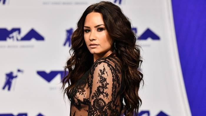 TOP 9 videoklipů týdne: Sam Smith nás vezme do divadla, Demi Lovato na svatbu a Lucie Bílá slaví Vánoce