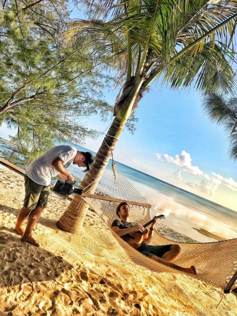 VIDEO: Voxel natáčel na Zanzibaru. V klipu Nádech tančí s Masaji, k vidění je i vzácný druh opic