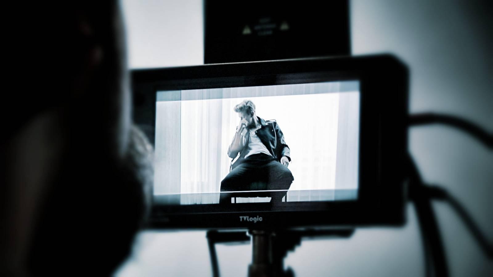 VIDEO: Adam Mišík řeší v klipu K.O. milostný trojúhelník