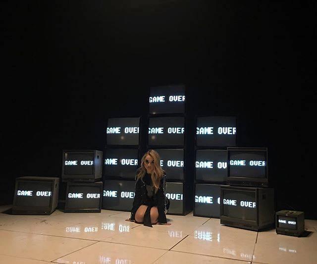 TOP 6 videoklipů týdne: Těžkej Pokondr oslavuje Hynka Čermáka, Kylie Minogue tančí v country klubu