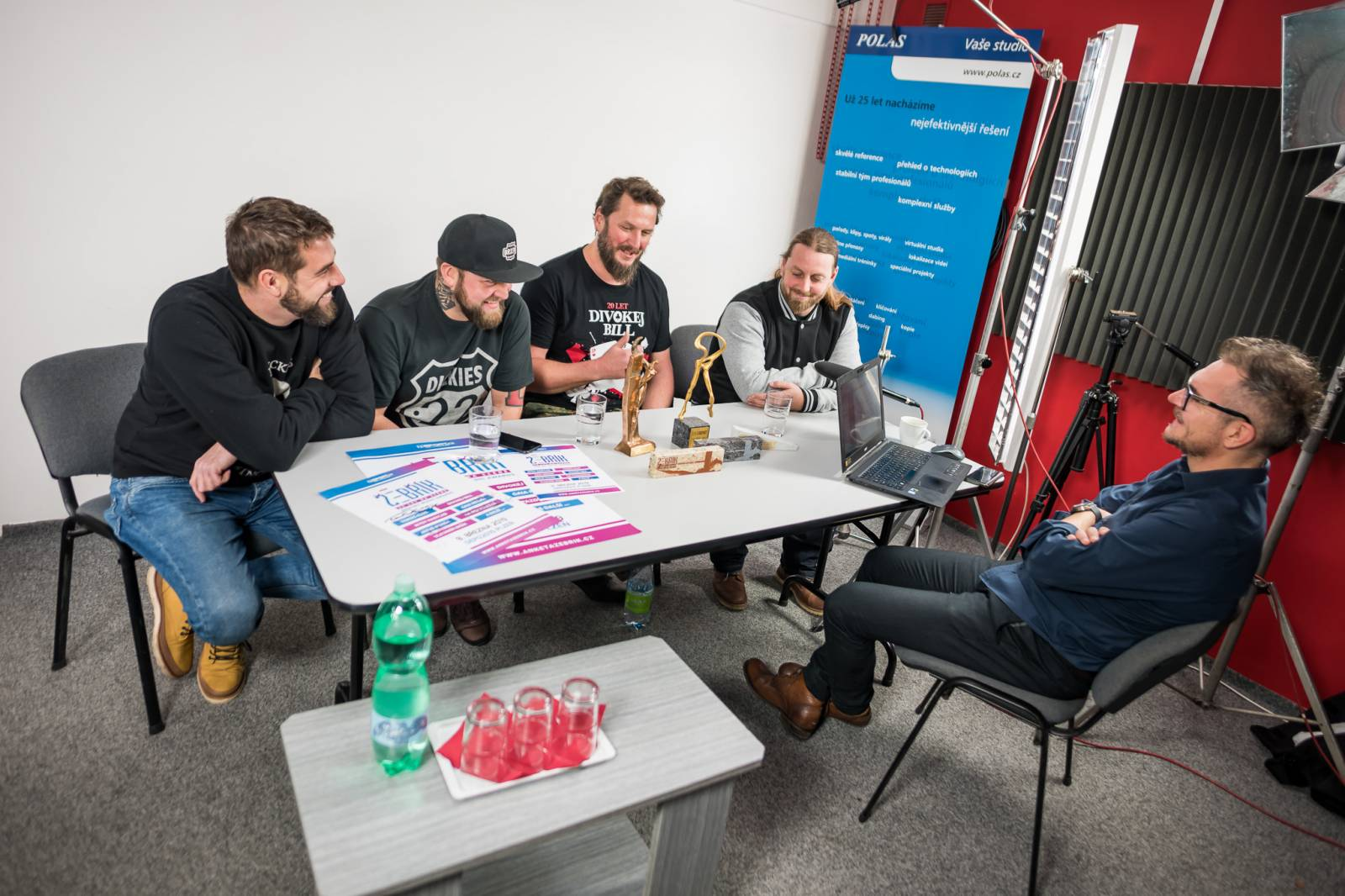VIDEO: Tomáš Klus, Divokej Bill, Vladimír Mišík, Jakub Kohák a další točili spot Žebříku