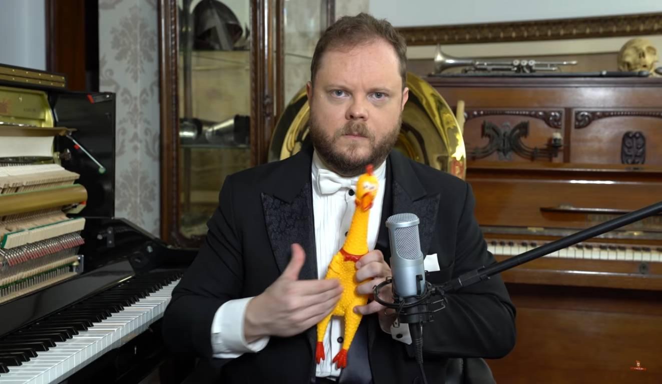 Bizár týdne: Zpívající slepice si střihla Mozarta i Rossiniho
