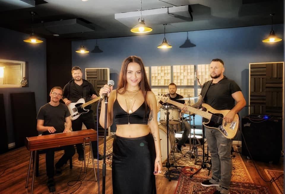 TOP 6 videoklipů týdne: Katarína Knechtová se podívala do USA, Lanugo na diskotéku a Poetika tančí s múzou