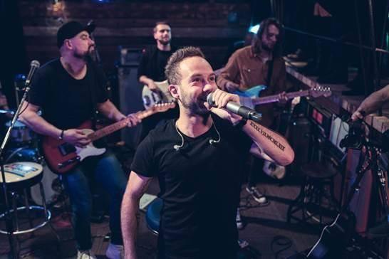 TOP 8 videoklipů týdne: Pokáč jako Matfyzák na discu, Jelen skládá poctu Michalu Tučnému a No Name letí do vesmíru