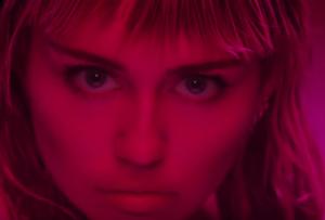 Bizár týdne: Miley Cyrus bojuje lascivním klipem za práva žen