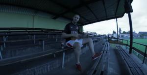 Bizár týdne: Slávista Dekret vítá fotbalistu Stancia. V songu paroduje i Pokáče