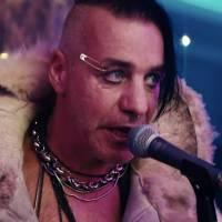 VIDEO: Zpěvák Rammstein Till Lindemann vydává novou desku a videoklip k písni Steh Auf. Hraje v něm Peter Stormare