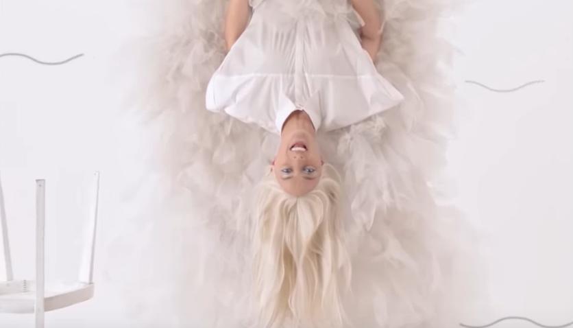TOP 7 videoklipů týdne: Chinaski zpívají o digitální lásce, Barbora Poláková létá v lese