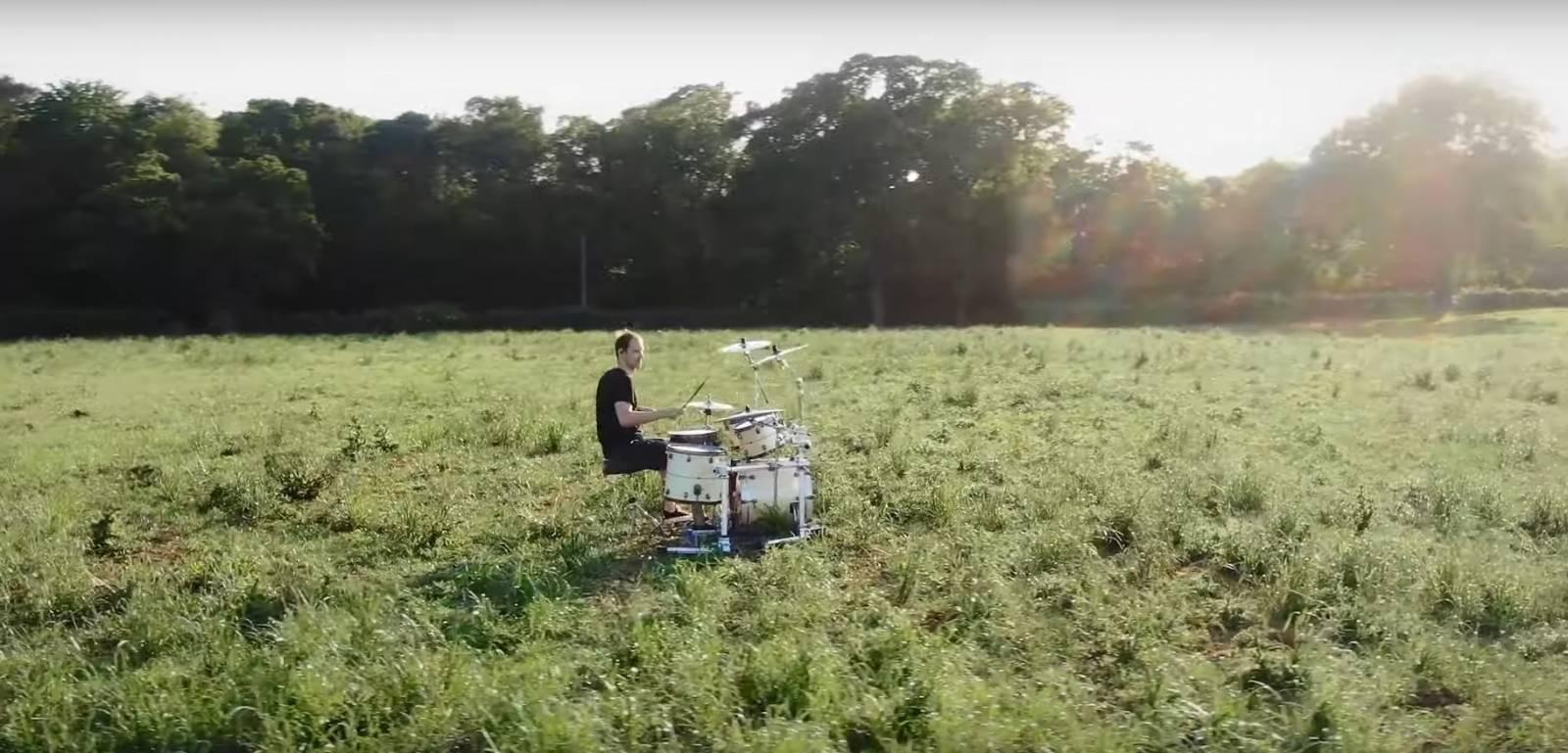 TOP 6 videoklipů týdne: O5 a Radeček zpívají s nadsázkou o smrti a Petr Čech si zabubnoval s Wills & The Willings