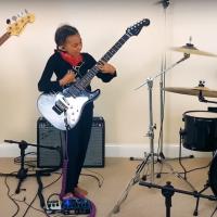Desetiletá dívka hraje Audioslave na kytaru od Toma Morella. A srdce jihnou