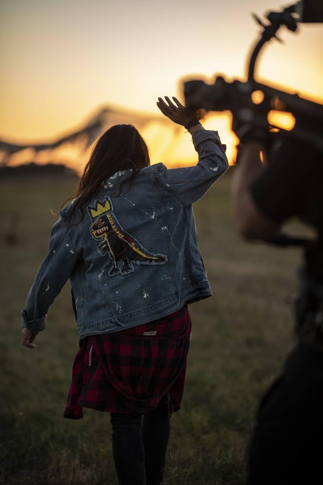 Anna K. představuje videoklip k písni Na malou chvíli. Zahrál si v něm zpěvaččin partner i milovaná zvířata