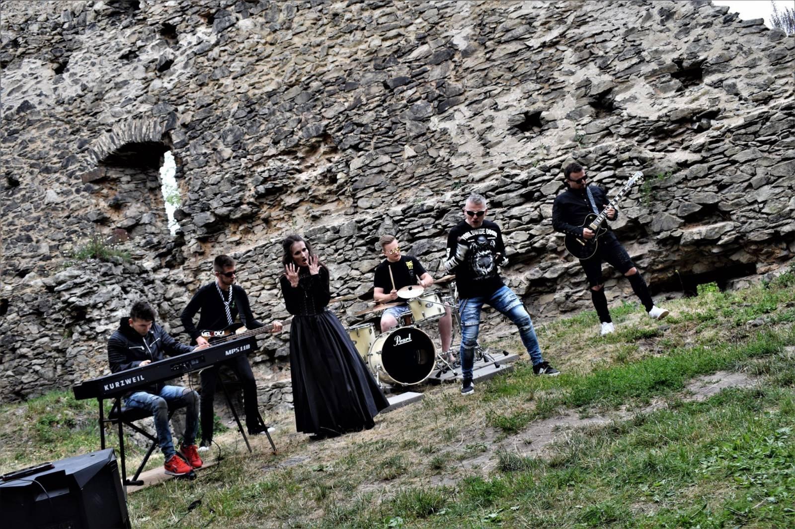 Top 8 videoklipů týdne: Voxel a jeho eM se našli, Kryštof opěvují Milana Baroše a Melodica zpívá o válce