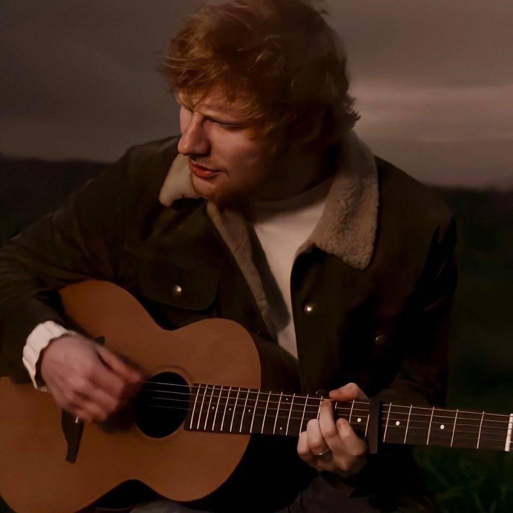 TOP 5 videoklipů týdne: Ed Sheeran zpívá o opilosti láskou, Perutě se ocitly v hororu a frontman O5 a Radeček skončil opět v rakvi