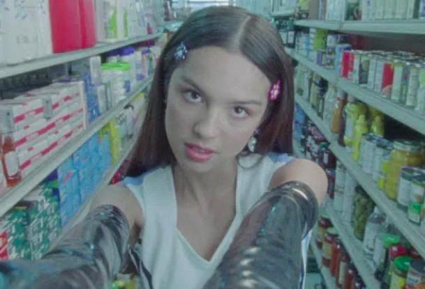 TOP 6 videoklipů týdne: Totální nasazení vizuál natáčeli devět měsíců, Eva Burešová se ocitla v pohádce a Pokáč štve feministky