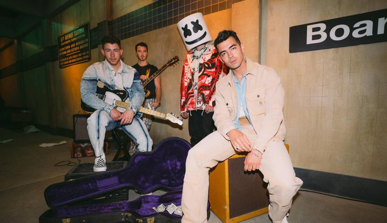 TOP 5 videoklipů týdne: Tři sestry děkují hospodským, Rybičky 48 mají o dva členy více a Jonas Brothers s Marshmello zpívají o vztahu na jednu noc