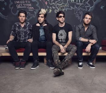 All Time Low: Podprsenky? Na pódiu nám přistál i vibrátor