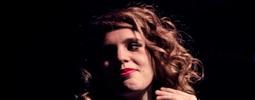 LIVE: Rudé rty Anny Calvi šeptaly i křičely