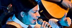 VIDEO: Anna K. anglicky a s muzikanty z Reef