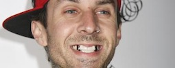 Travis Barker z Blink-182 bubnuje za mřížemi. Naštěstí jen v novém klipu