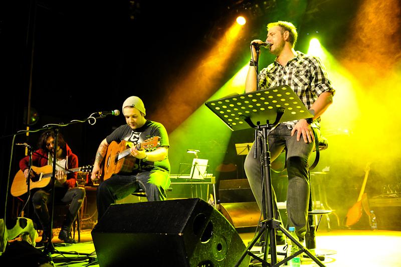 Clou odehráli akustický koncert, zazněly jamajské rytmy i country
