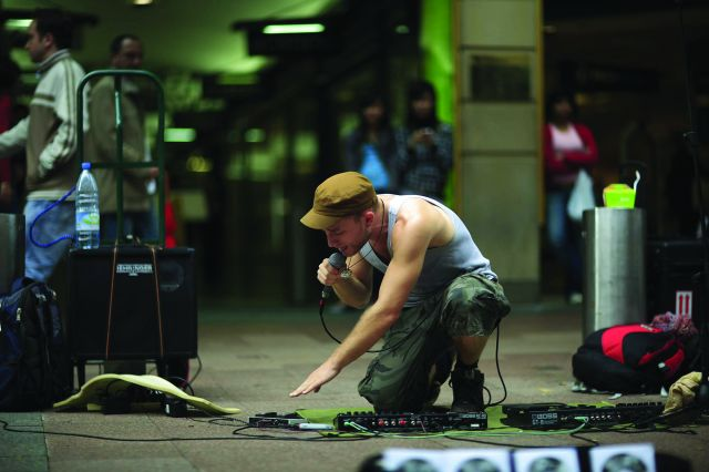 Pouliční performer Dub FX se vrací do Prahy, tentokrát i s Flower Fairy
