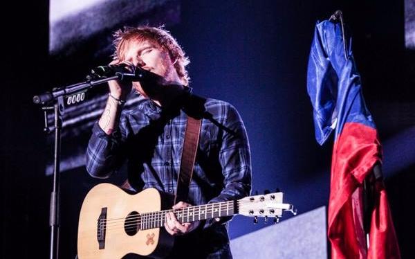 Ed Sheeran a Glen Hansard společně zpívali pro desítky tisíc lidí