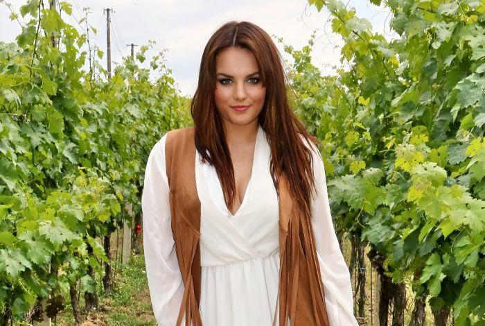 VIDEO: Ewa Farna jde ve stopách Chinaski. Víno je grunt, zpívá s ní František Segrado
