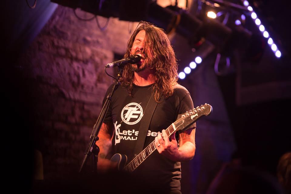 Foo Fighters vyrazí na evropské turné. Česko těsně minou
