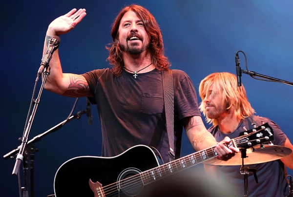 VIDEO: Foo Fighters, Led Zeppelin a Queen. Takhle hraje super duper kapela
