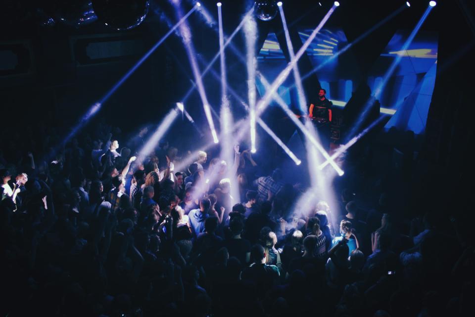 LIVE: Zpívající DJ Fritz Kalkbrenner přepnul Roxy do módu 120bpm