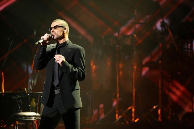 LIVE: George Michael zpíval o sňatcích gayů a svém expříteli