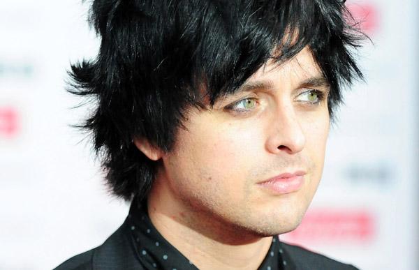 Frontman Green Day měl kalhoty proklatě nízko, vyhodili ho z letadla