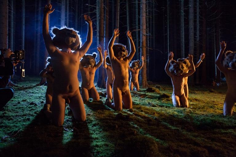 VIDEO: Hentai Corporation obcují s nahými lesními zvířátky