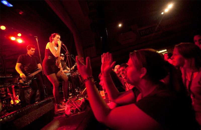 LIVE: Jarní Sázavafest nabídl roztancovaný večer v režii Sto zvířat