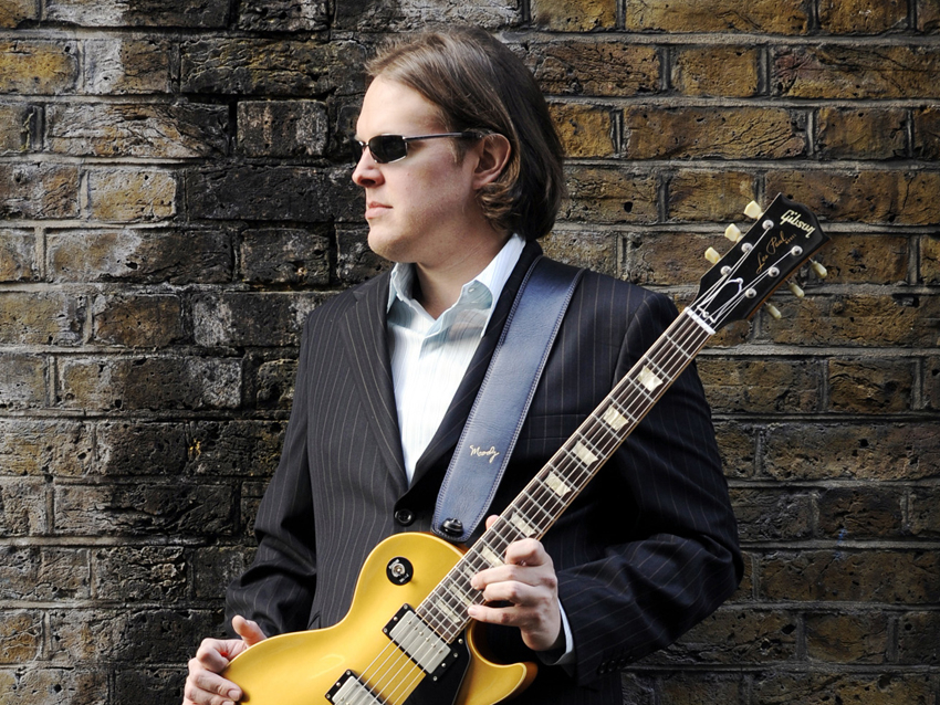joe-bonamassa with-guitar