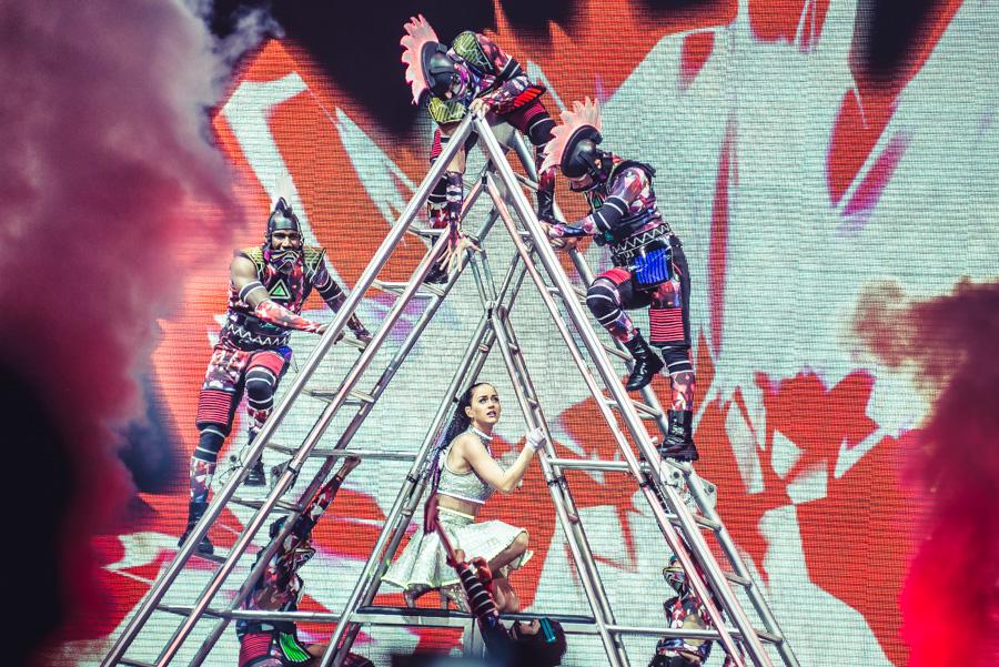 LIVE: Katy Perry v Praze: balónky, švihadla, rachejtle. Ale co hudba?