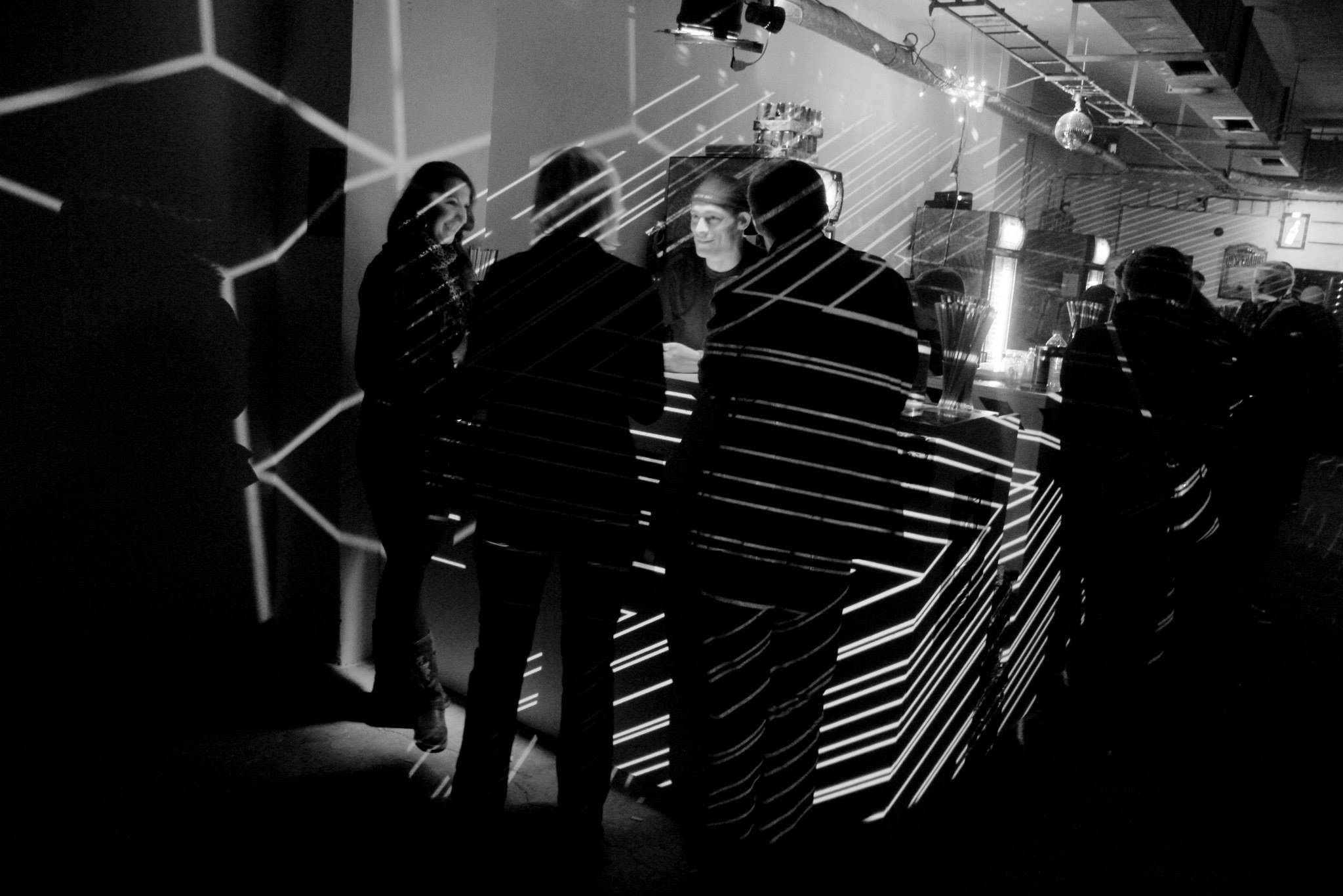 Warenhouse party Kom!ks opět spojí elektronickou hudbu s vizuálním uměním