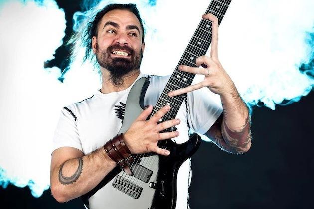Zemřel Shane Gibson, koncertní kytarista Korn