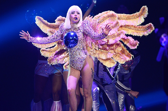 LIVE: Lady Gaga předvedla svůj šatník i spasitelský komplex